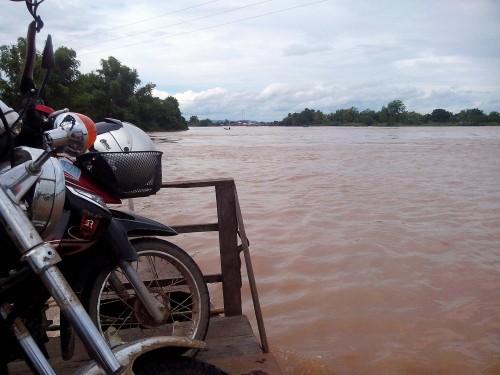 メコン川をわたってナーカサンに戻ります