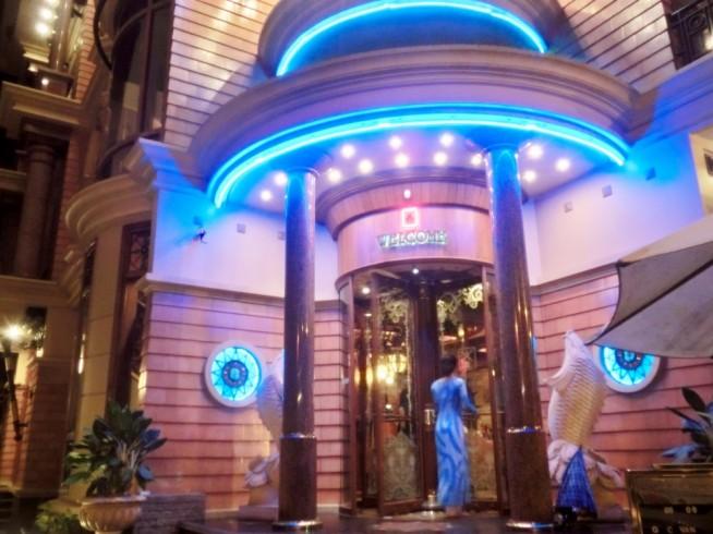 ゴックスーンサイゴンの入口です。アオザイを着たスタッフが迎え入れてくれます。