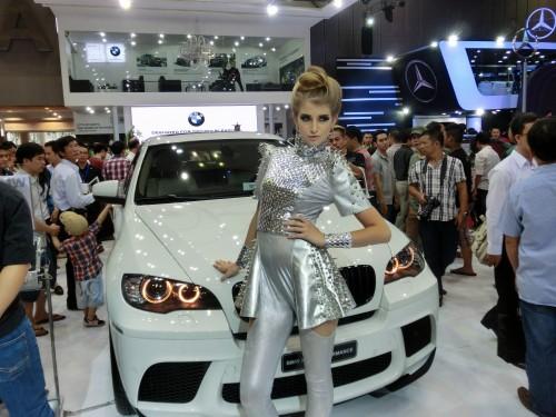 BMWブースのコンパニオンガール