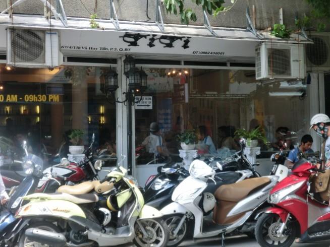 店の前には沢山のバイクが停まっています。