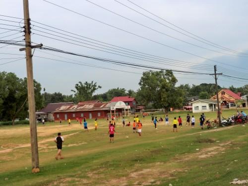 道路脇でサッカーをする子どもたち