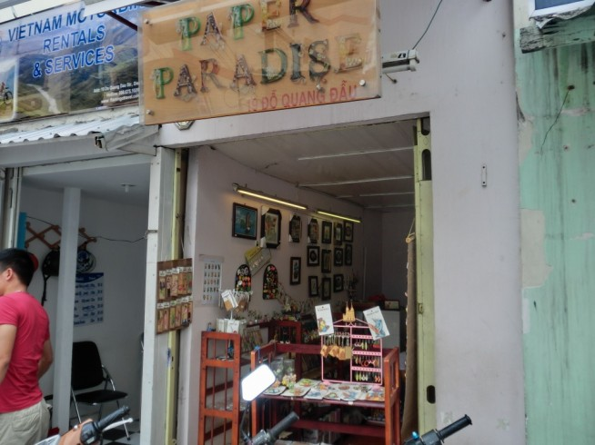 ペーパーパラダイスの外観。本当に小さなお店です。