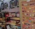 店内にはところ狭しと作品が置かれています。