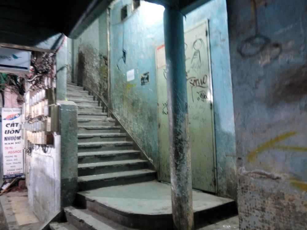 入って右側にある階段を登ります。
