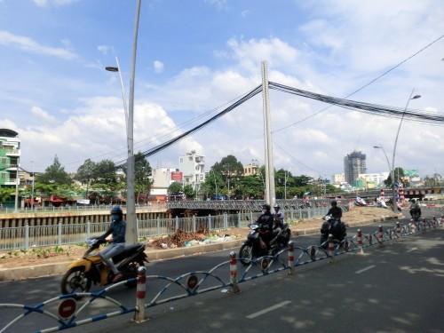 架け替え中の橋の脇に作られた仮設橋