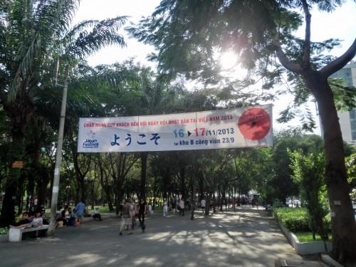 ようこそと大きく書かれたジャパン・フェスティバルの横断幕