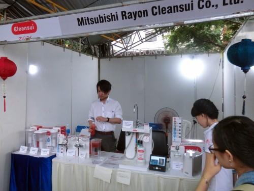 三菱レイヨンは浄水器。真っ赤な水が透明になっています。凄い。