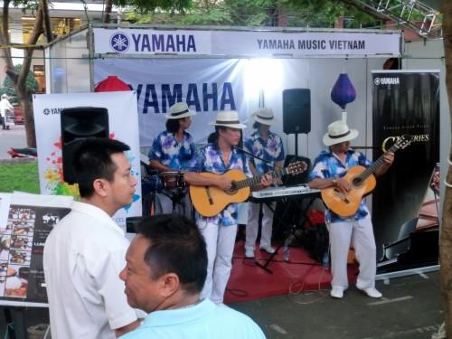 ヤマハのブースでは生演奏をしていました。