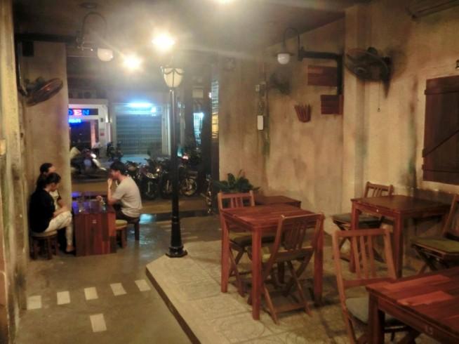 店内はベトナムの路上をモチーフにしています。