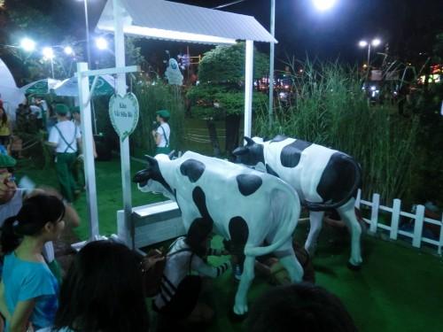 ダッチレディブースの乳搾りイベント