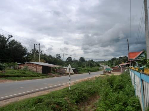 ゲストハウスの前の国道