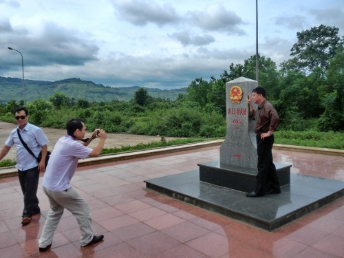 国境で記念撮影するベトナム人