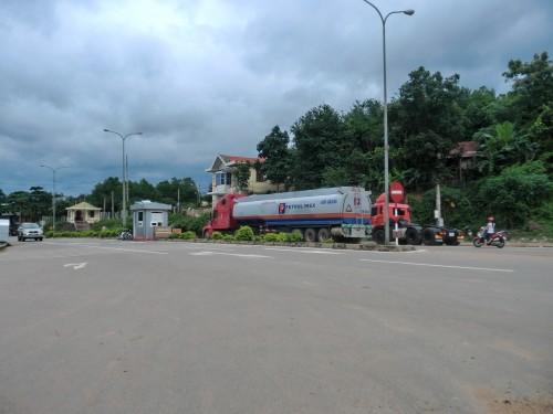 ラオスに石油を輸出するトラック