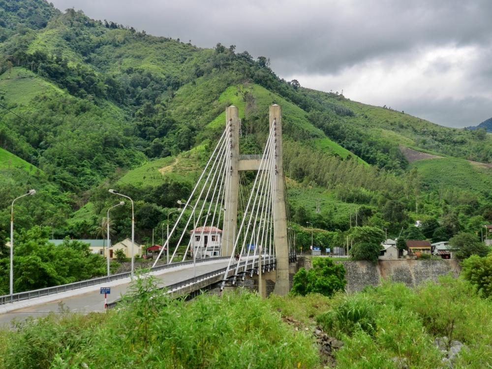 ベトナム戦争時に何度も破壊されては再建された南北国境の橋ダクロン橋
