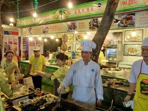 こちらもホテル。貝料理はベトナム名物ですね。