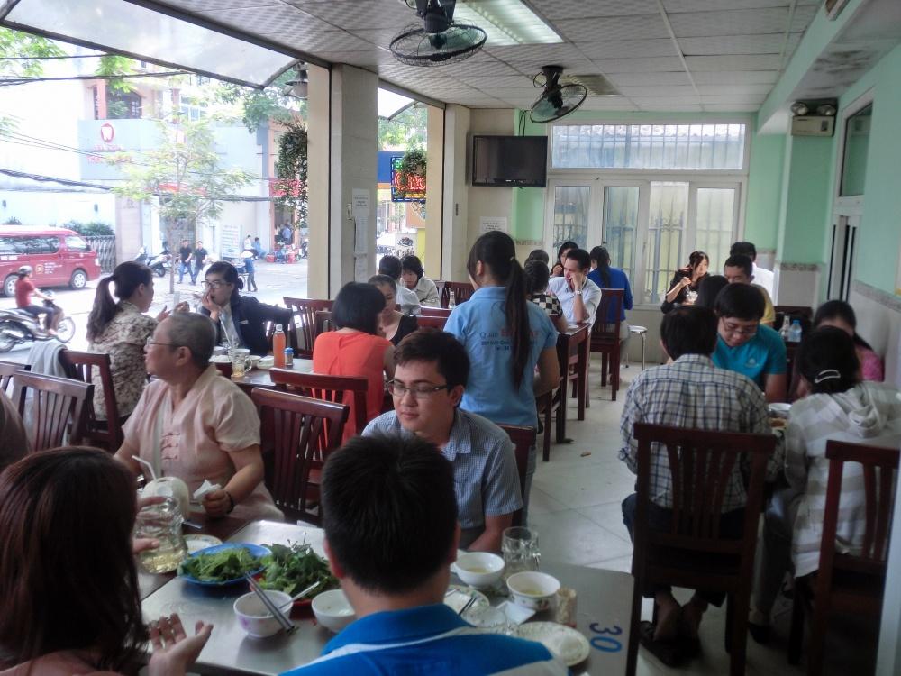 お昼時は沢山の人で賑わいます。