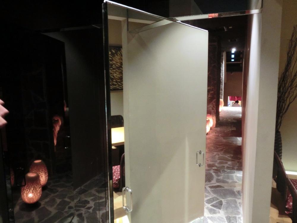 廊下の奥には鏡の扉があります