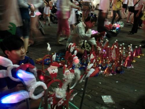 路上で売られているクリスマスグッズ