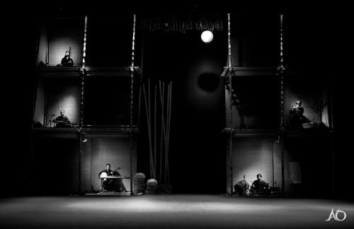 舞台の後ろで音楽を演奏しています