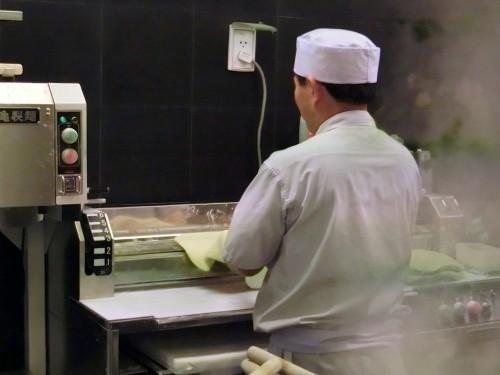 日本店舗と同じく店内で製麺