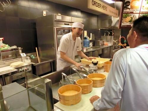 日本人スタッフが調理していました