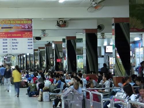 バスターミナルにいる人々