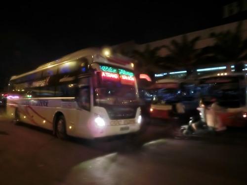 バスターミナルから出てゆくバス
