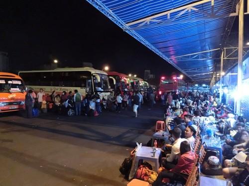 バスを待つ人々で賑わう路上カフェ