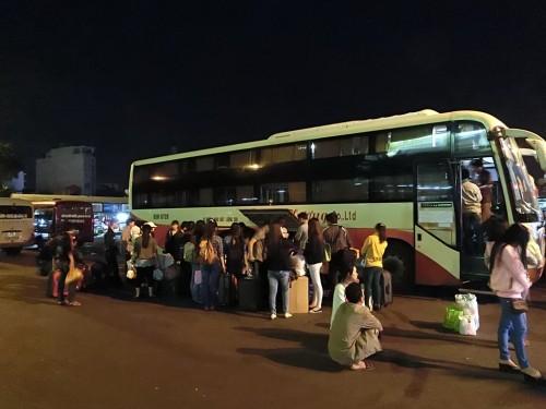 バスに乗り込む人々