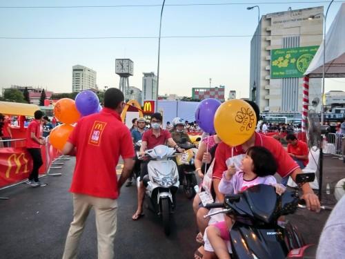 ドライブスルーに並んでいる子供には風船が配られていました