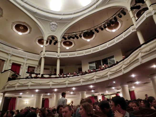 満員の市民劇場