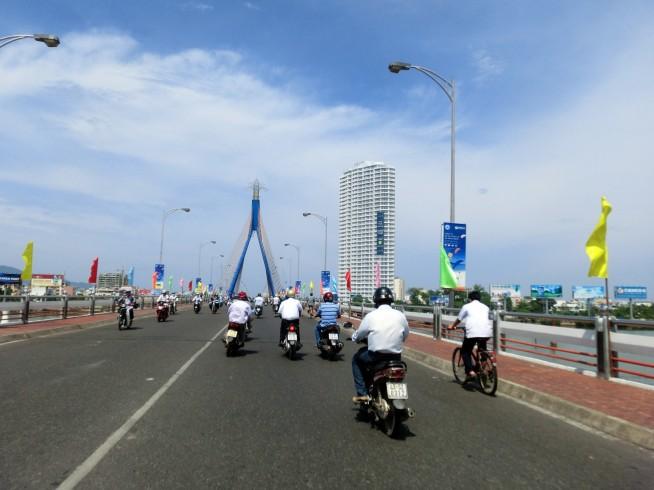 ソンハン橋を渡るバイク