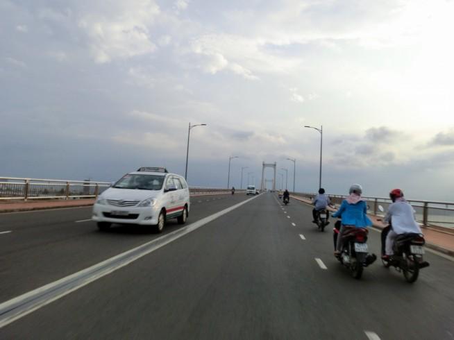 トゥアンフォック橋を渡る