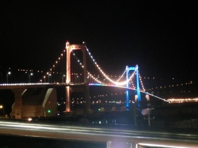 夜のトゥアンフォック橋