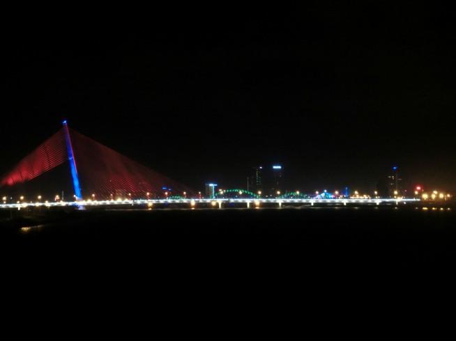 ダナンの橋を眺める