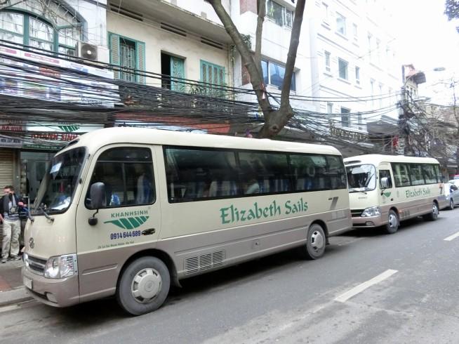 旅行会社からバスで出発