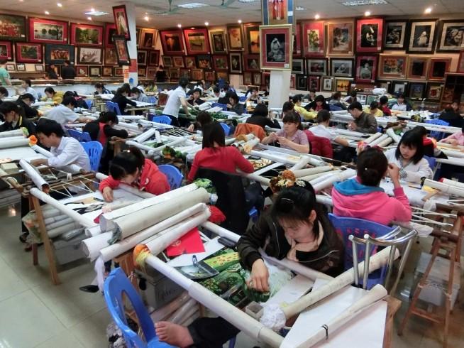 刺繍画の実演販売も