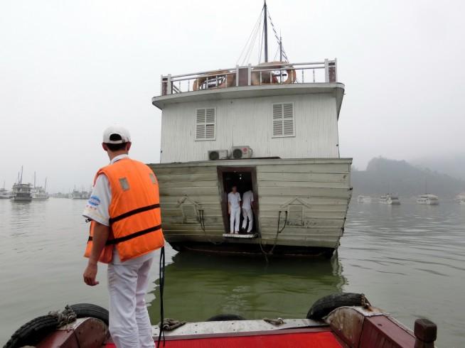 船の後ろから乗り込みます