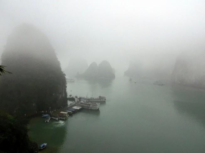洞窟から見た船着場