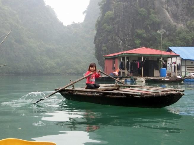 水上に住む女の子