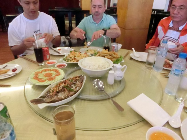 回転テーブルでベトナム料理