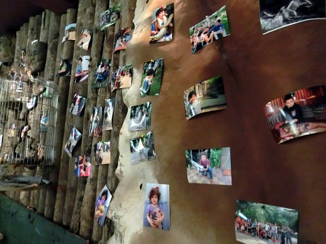壁にはお客さんの写真