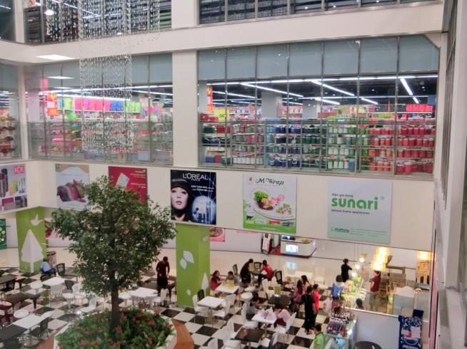 専門店街から見るスーパーマーケット