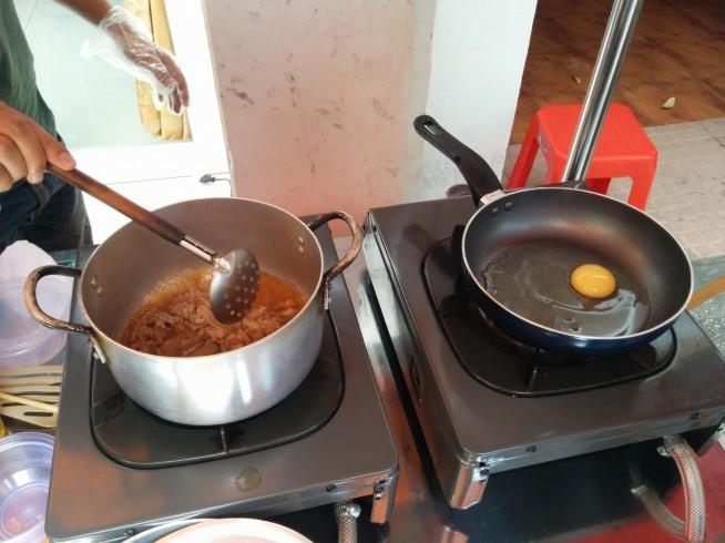 隣のフライパンで卵を焼きます