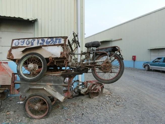 積み上げられた3輪バイク