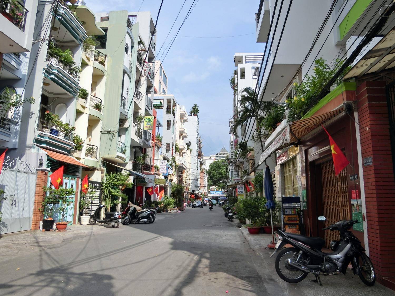 ベトナム国旗が並び人通りも少ない