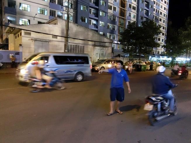 道行くバイクを停め続けるダフ屋
