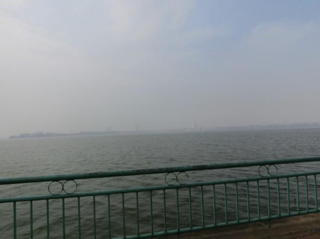 反対側は霧で見えない