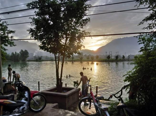 湖は住民の遊び場