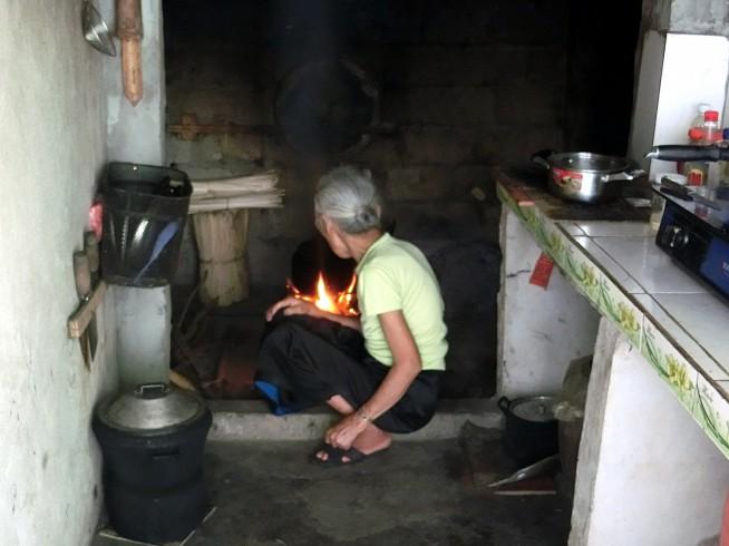 朝ごはんを作るおばあさん